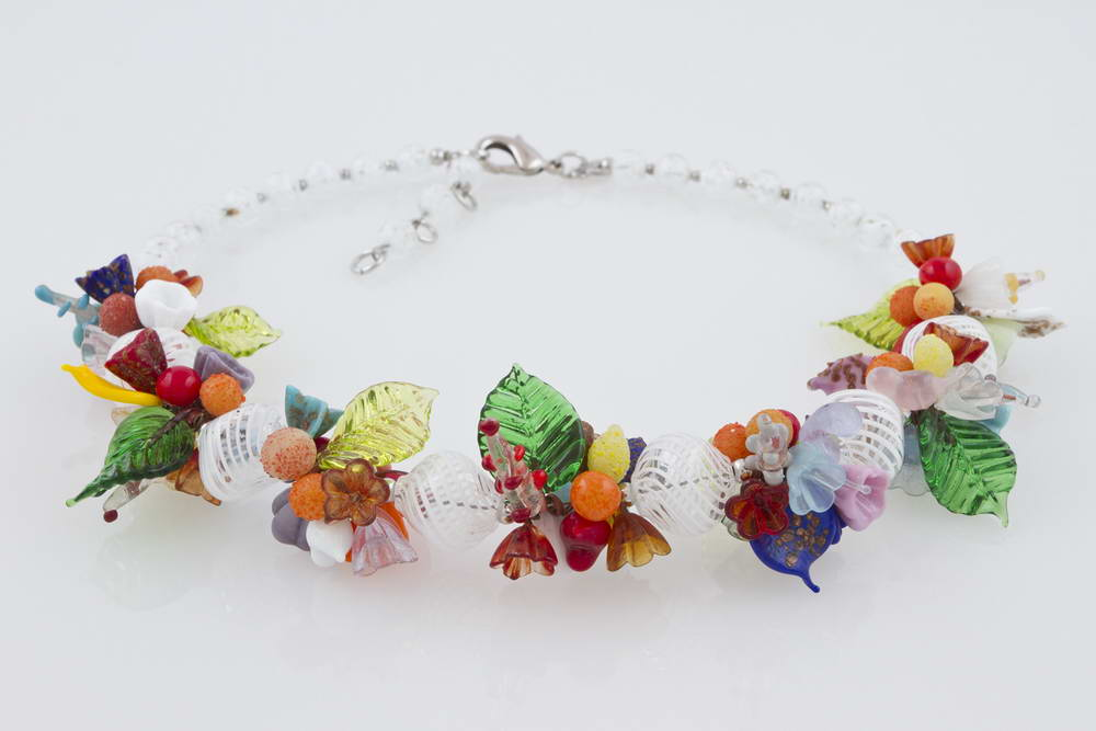 Blown glass necklace with flowers pattern, white