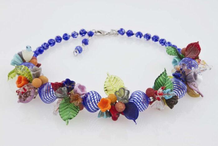 Collana in vetro soffiato fantasia fiori, blu cobalto
