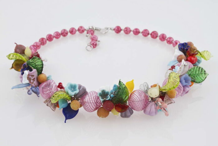 Blown glass necklace with flowers pattern, pink