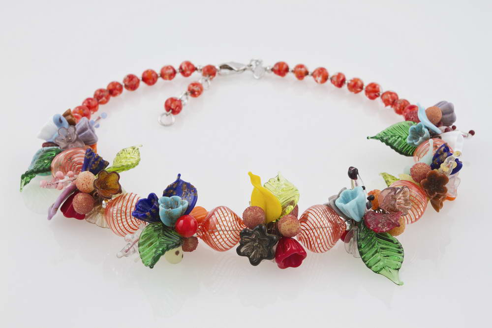 Blown glass necklace with flowers pattern, red