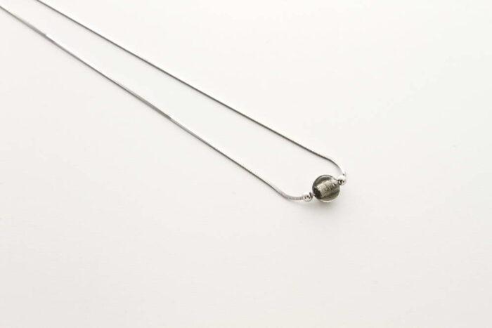 Collana in vetro e foglia argento, acciaio argento