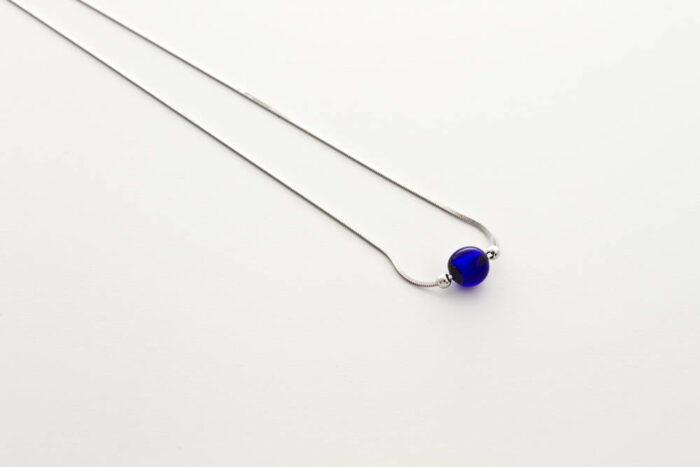 Collana in vetro e foglia argento, blu cobalto