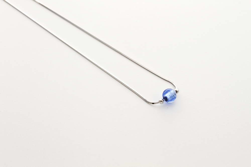 Collana in vetro e foglia argento, bluino
