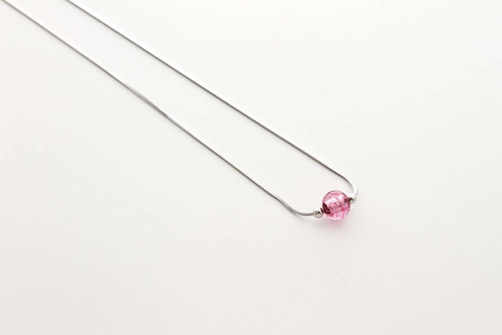 Collana in vetro e foglia argento, rosa argento