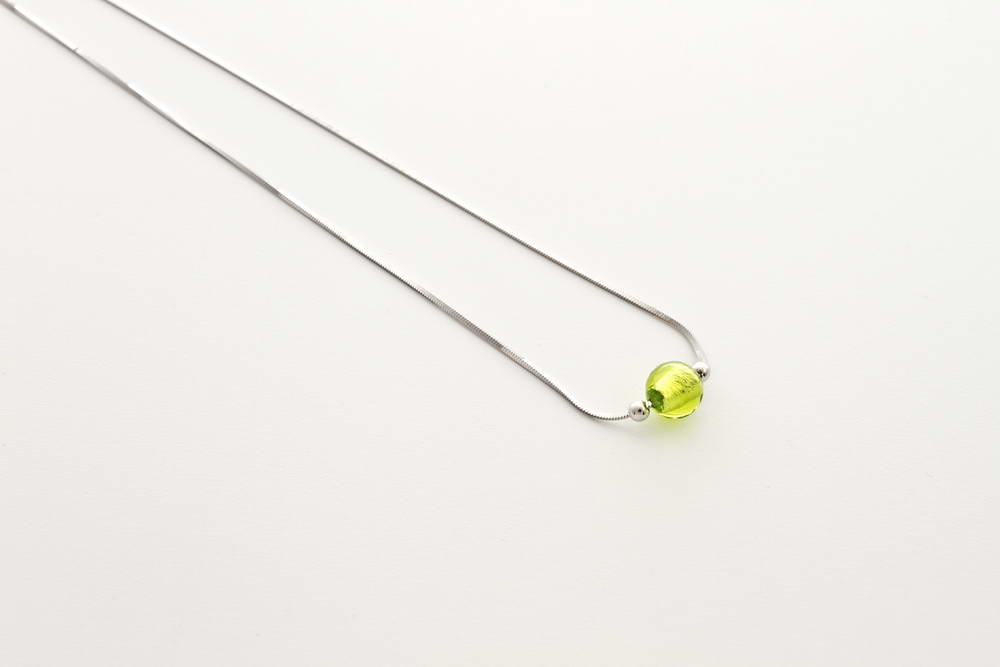 Collana in vetro e foglia argento, verde acido