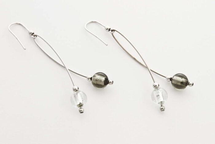 Orecchini in vetro e foglia argento intrecciati, acciaio argento e cristallo argento