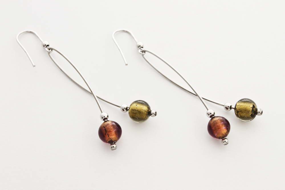 Orecchini in vetro e foglia oro intrecciati, acciaio oro e bronzo
